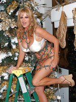 Kelly was decorating the x-mas tree and fills her pussy with her fingers.